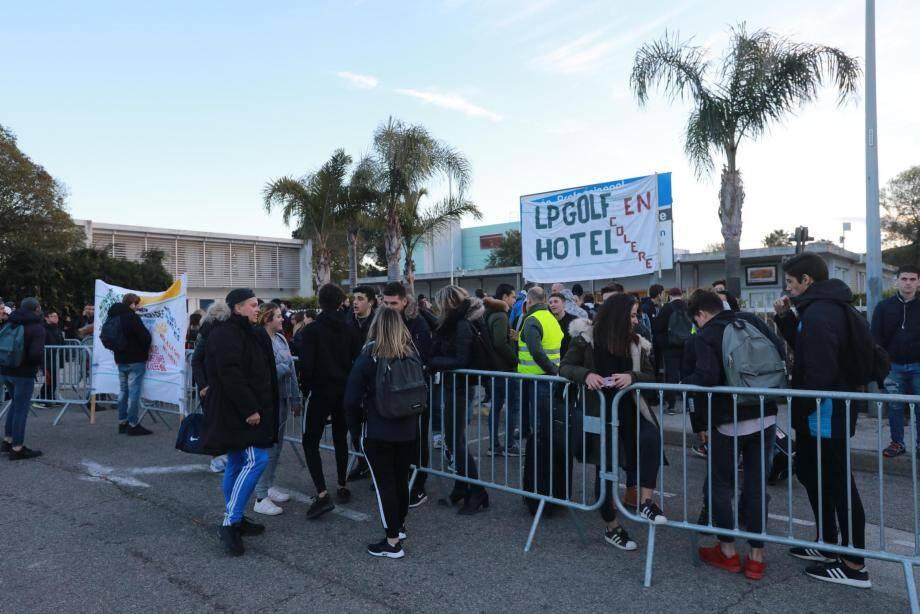 L'entrée du lycée professionnel du Golf-Hôtel a été bloquée une heure par les élèves, le 12 mars 2018.
