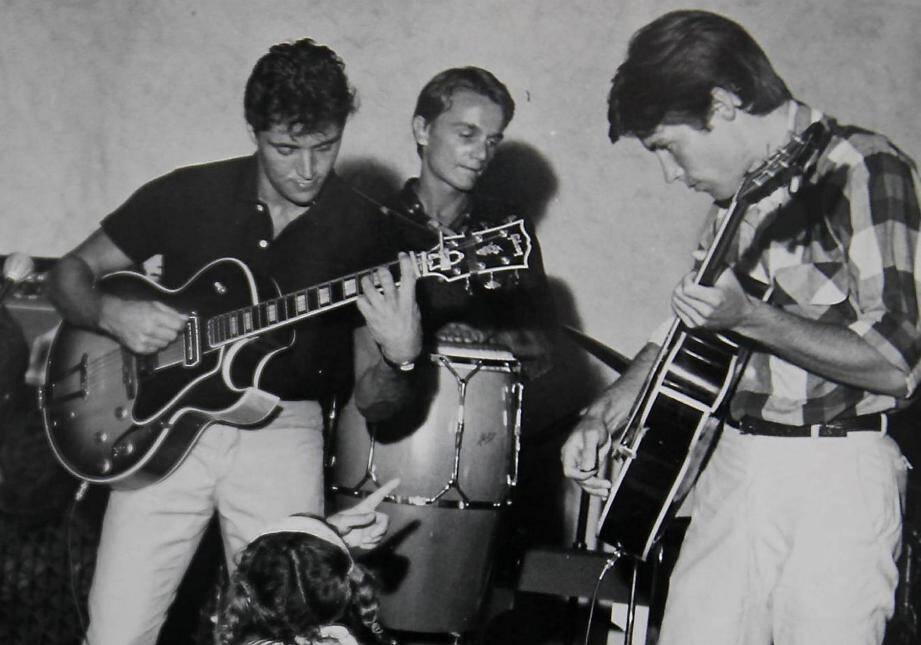 Été tropézien 1962, Sacha Distel fait le bœuf avec le chanteur Olivier Despax (à droite) qui a dans son groupe, Les Gamblers, un gringalet percussionniste surnommé Kôkô qui prend parfois le micro. Bientôt, la France entière l'adoptera sous pseudo Cloclo. Laurence Despax se souvient.