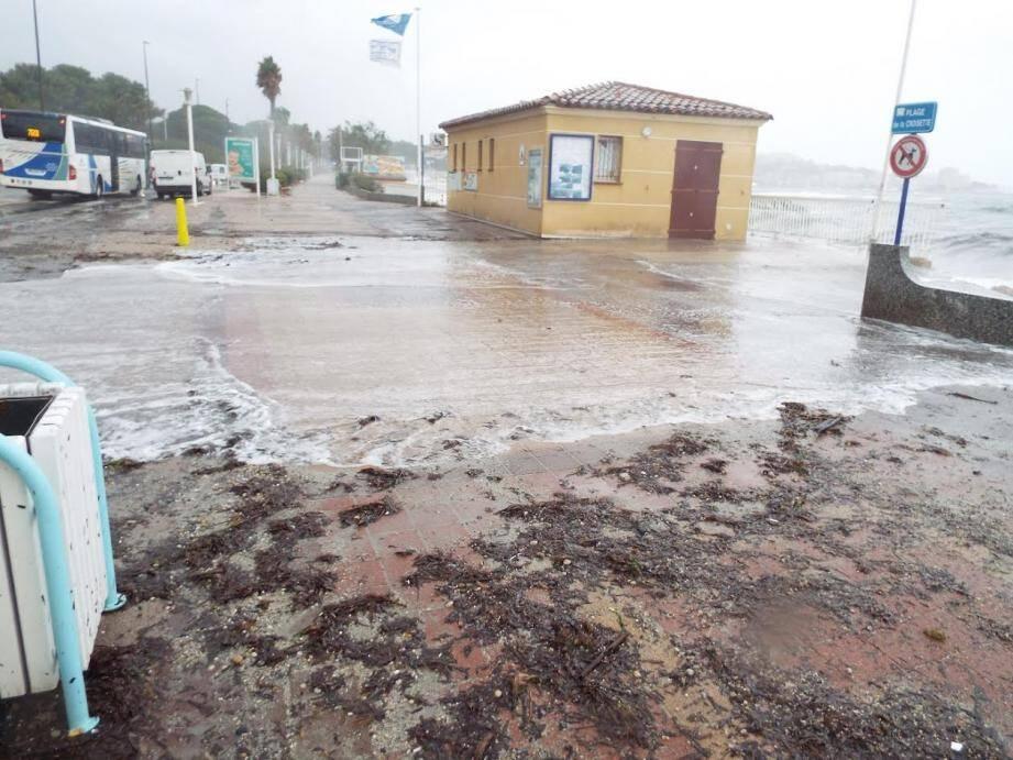 La circulation sur le bord de mer est particulièrement ralentie avec du sable et des petits gravillons rejetés par la mer sur la chaussée.