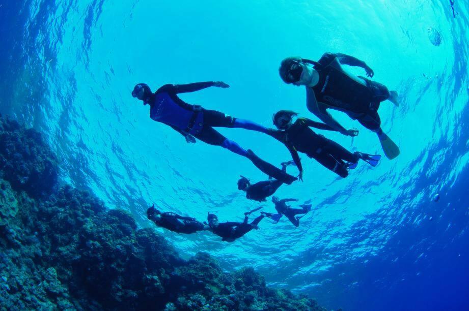 Pierre Frolla emmène les enfants en plongées pour les sensibiliser à l'environnement.