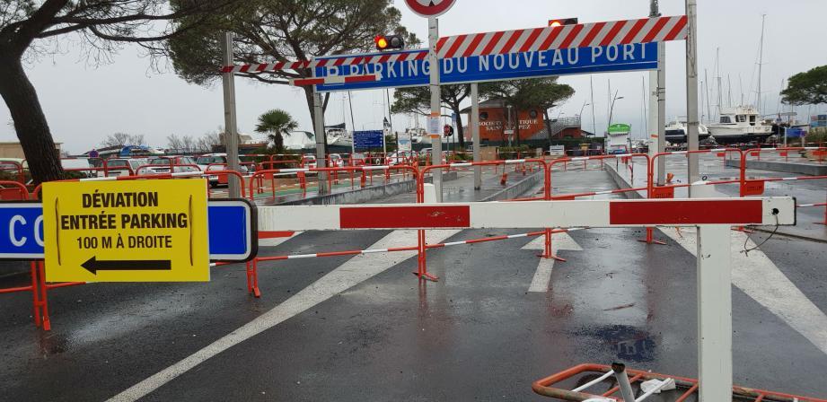 Le parking est en travaux jusqu'à fin mars.La seule entrée ouverte est celle en face de la traverse du petit train.