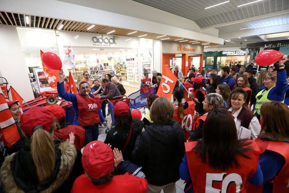 Grève au Carrefour de Puget.