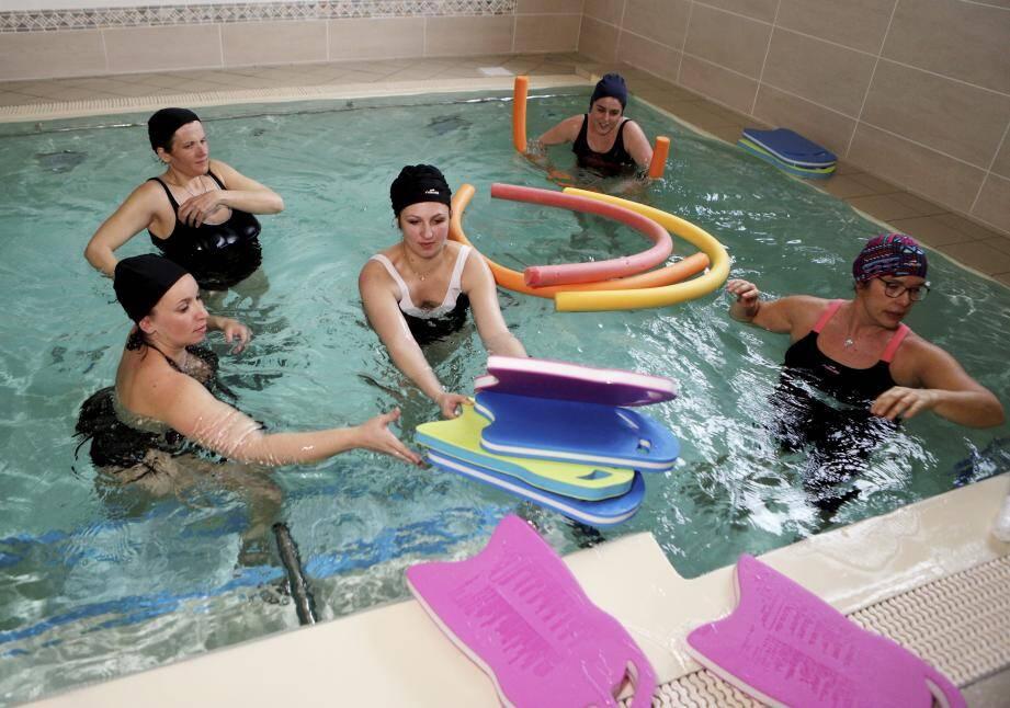 Deux fois par semaine, Delphine Gaulier, sage-femme au centre hospitalier de la Dracénie (CHD), propose des séances de 45 minutes d'activités aquatiques prénatales dans les installations de l'Espace détente de Chabran, à Draguignan.