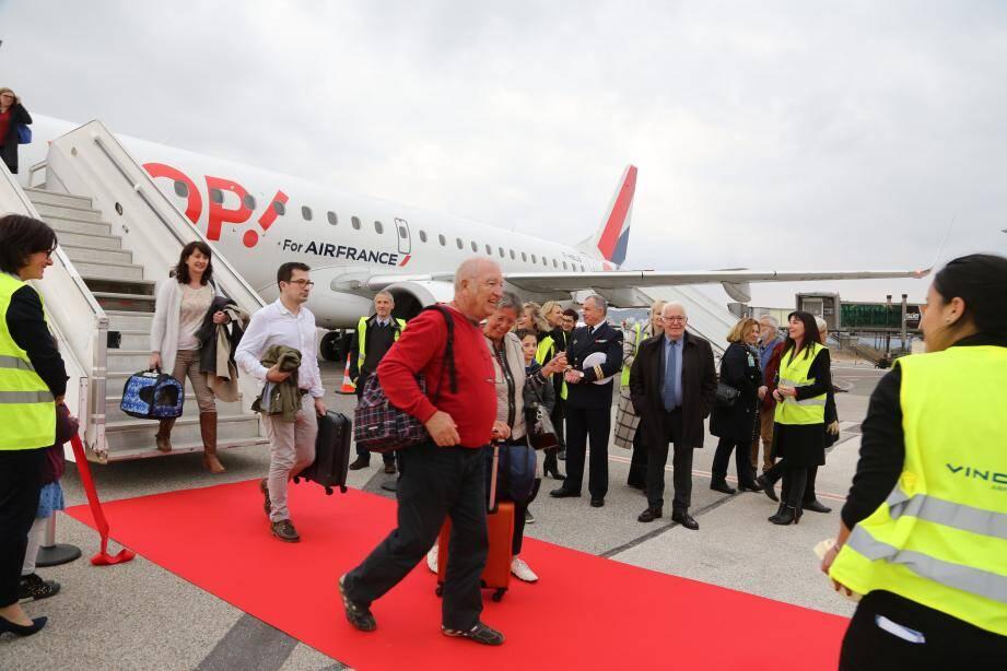 Les premiers passagers en provenance de Roissy ont foulé le sol varois hier. L'appareil était piloté par le commandant de bord Arthur Scherer et son copilote, un Varois d'adoption Jean-Philippe Clerc.