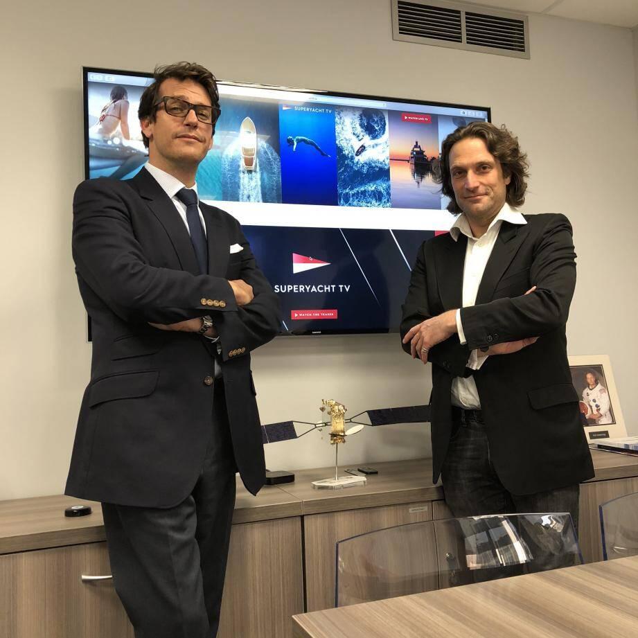 ChristianMoore et Vincent Roger devant la maquette du satellite qui diffusera la chaîne Superyacht TV.