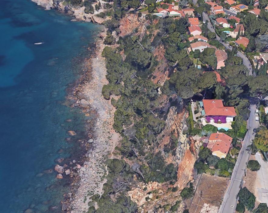 Une villa inhabitable au bord du vide et suspendue à la justice.