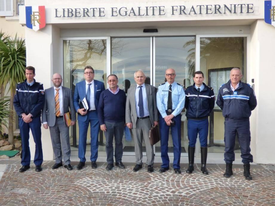 Autour du procureur (au centre) et du sous-préfet (2e à gauche), gendarmes, policiers municipaux et municipalités s'unissent pour la sécurité.