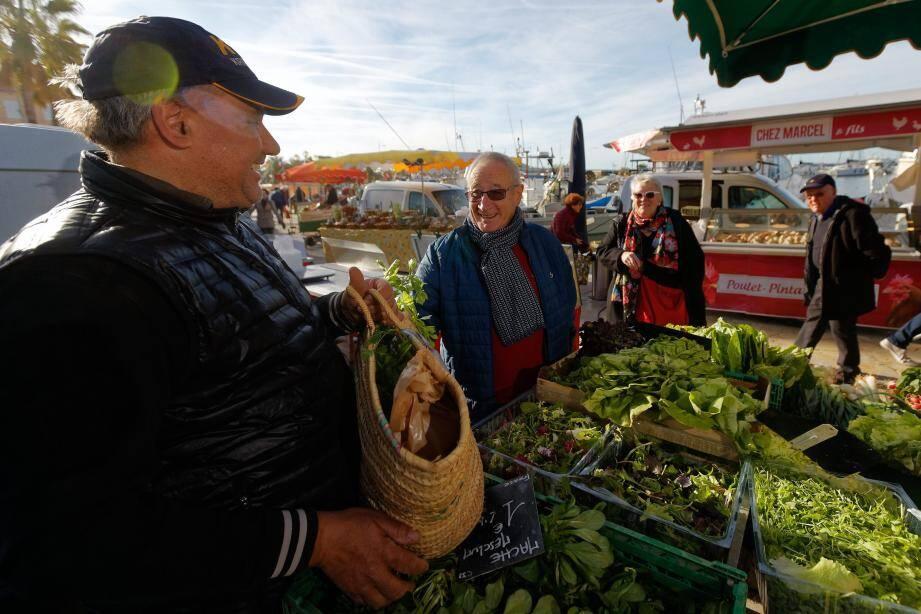 Raymond et Chantal Grange font le déplacement de Toulon tous les mercredis matins depuis 40 ans pour le marché de Sanary et les légumes de Patrick Boetti.