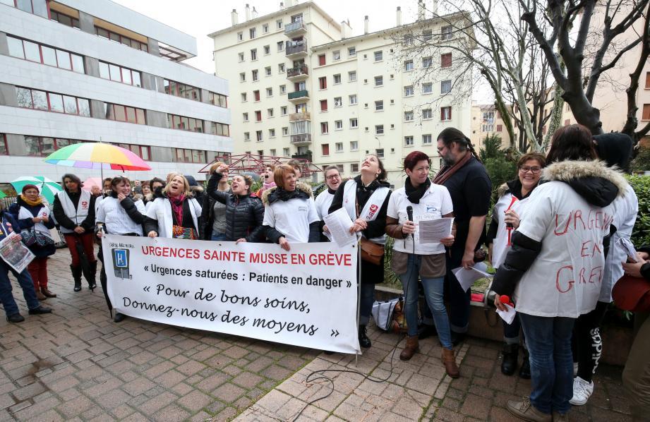 Quinze jours après le début de la grève illimitée au service des urgences de l'hôpital Sainte-Musse, le personnel gréviste s'est rassemblé, ce jeudi après-midi, à l'appel de la CGT devant le siège toulonnais de l'agence régionale de santé à Toulon.
