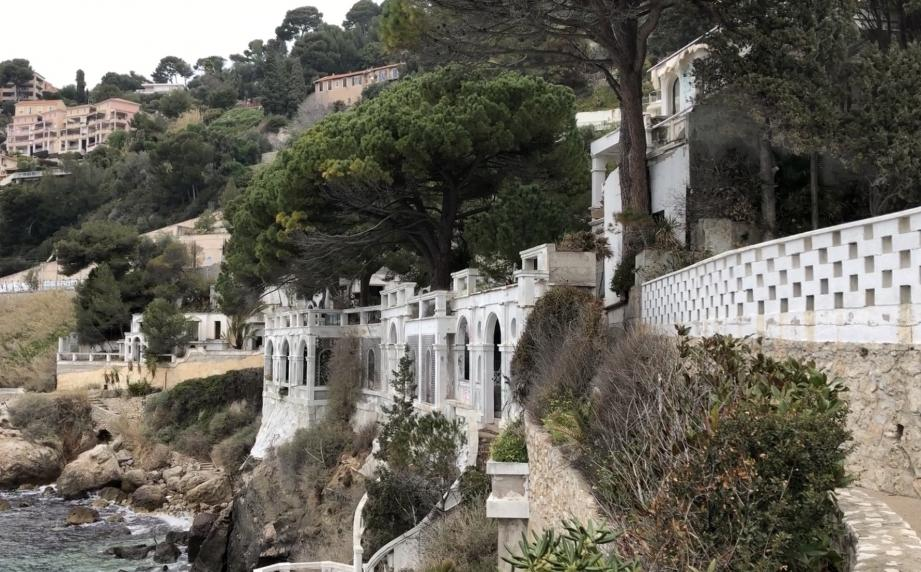 Les constructions sur la gauche de l'image vont être détruites, et le sentier réhabilité.