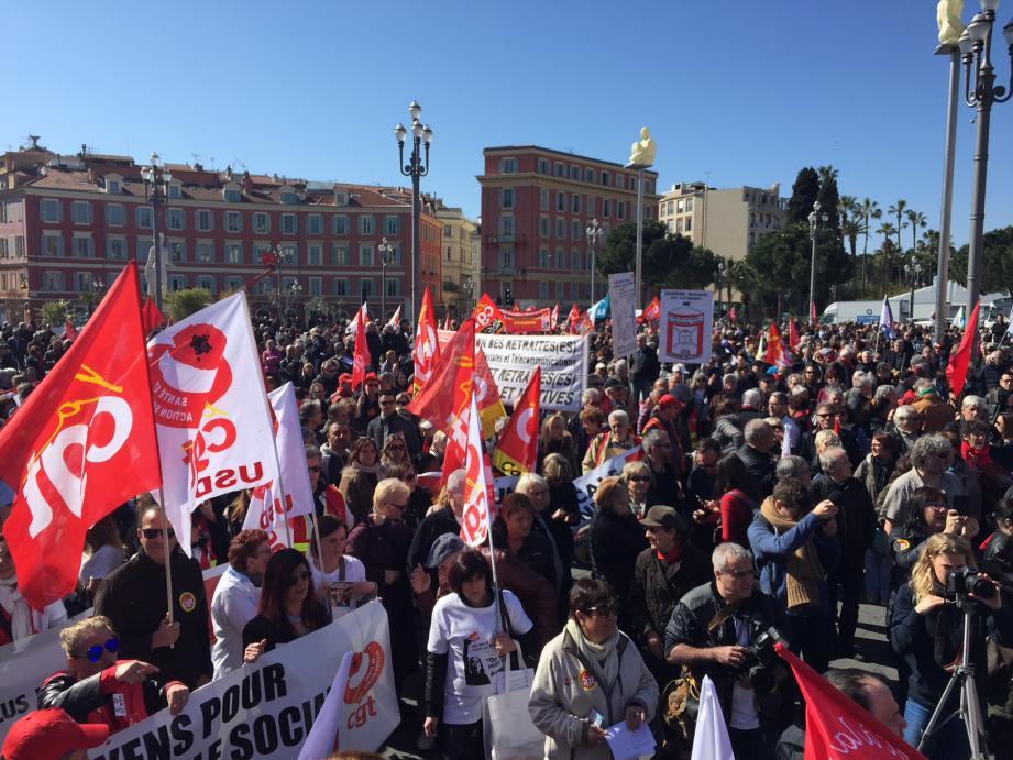 Les manifestants se sont retrouvés en nombre sur la place Masséna ce jeudi matin.
