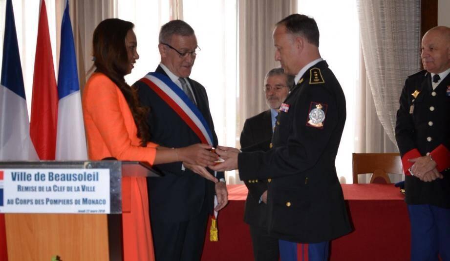 Remise de la clé de la Ville au chef de corps des sapeurs-pompiers de Monaco, le colonel Tony Varo.