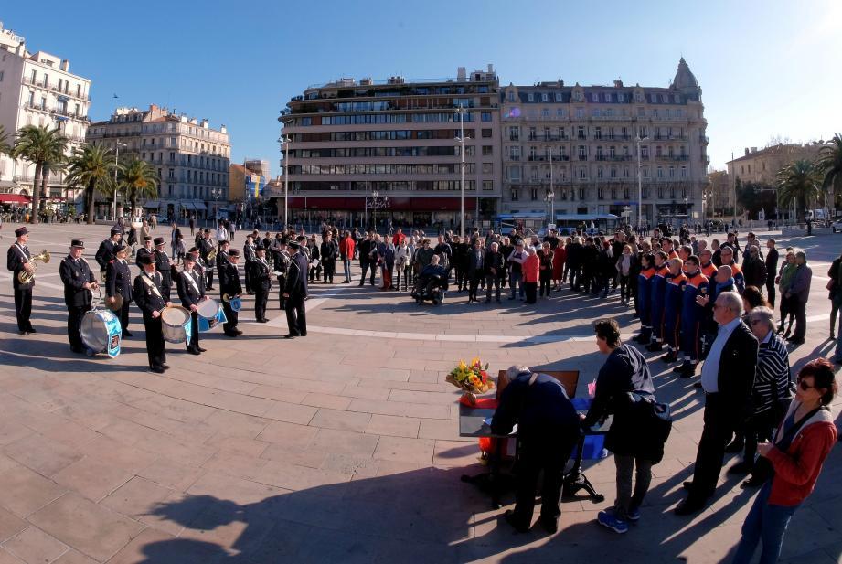 Plus de 100 personnes étaient présentes sur la place de la Liberté, entre 17h et 18h30, pour rendre hommage au gendarme.