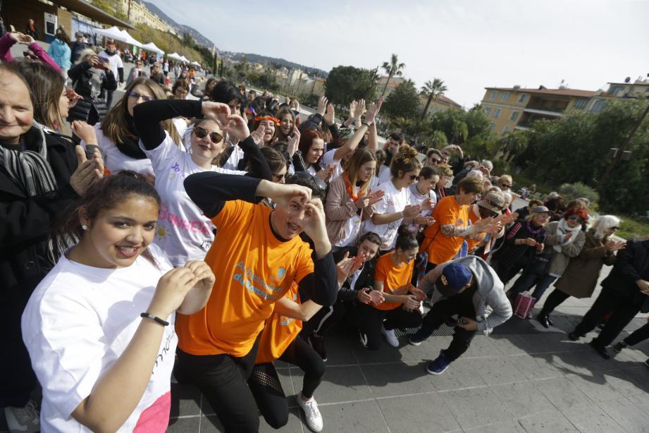 Cœur collectif sur la Promenade du Paillon ce mardi à midi pile.