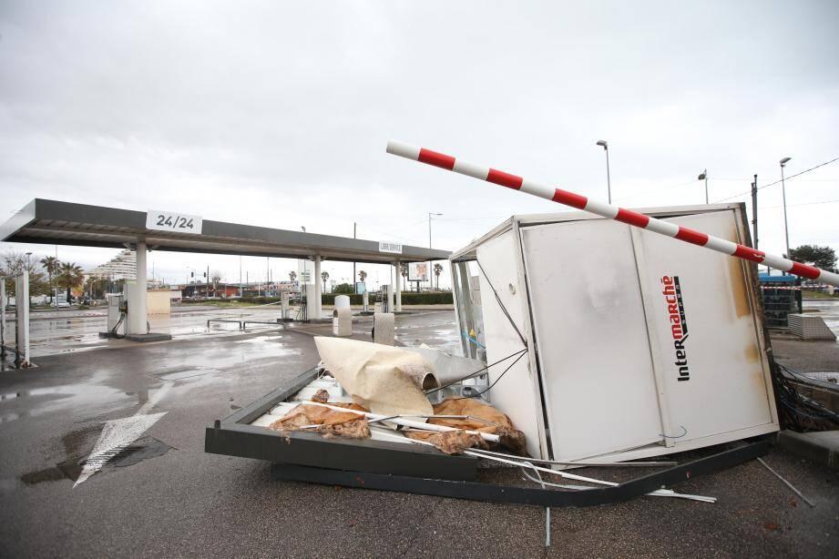 L'Intermarché endommagé par une mini tornade à Villeneuve-Loubet.
