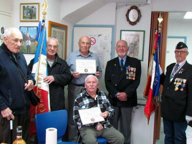 Marcel Faitiche (au premier plan) et Pierre Gallot, membres de la Fnaca depuis 1974, ont reçu un diplôme d'honneur.