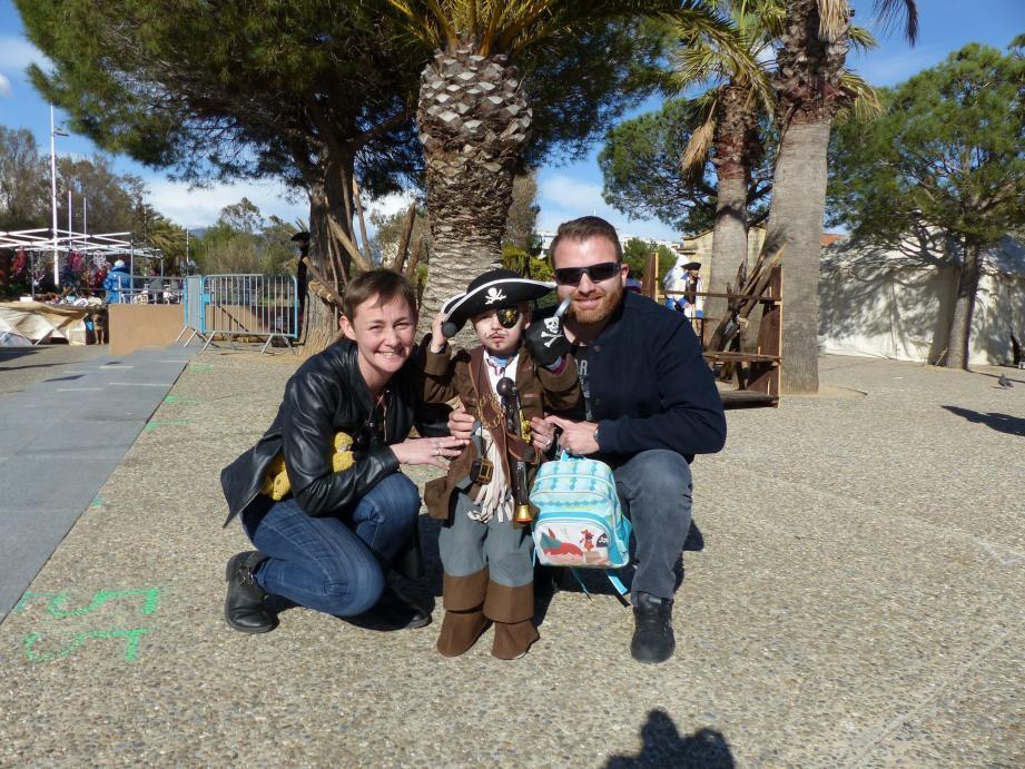 """Gabriel, 3 ans, avec ses parents, était heureux de rencontrer des """"collègues"""" pirates."""