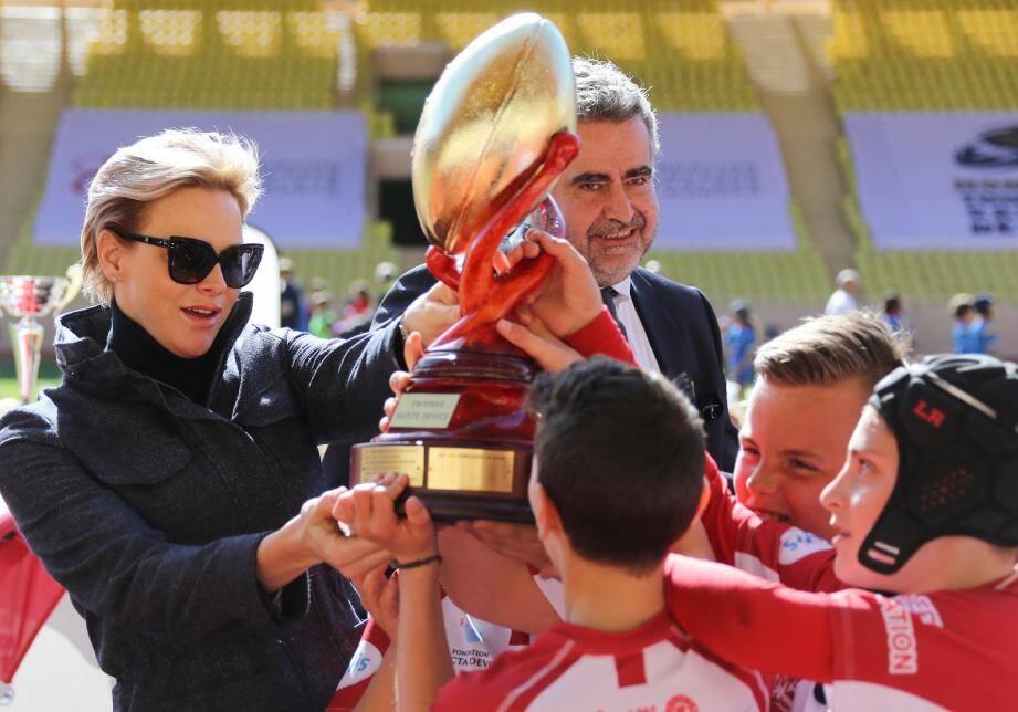 La Princesse Charlène a remis le trophée aux petits Monégasques qui ont emporté le traditionnel match du Challenge contre les Corses de Lucciana.