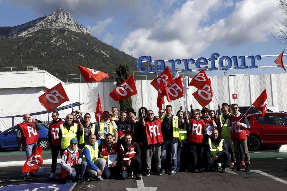 À l'appel de l'intersyndicale, les manifestants se sont regroupés sur le parking de Carrefour Grand Var, puis ont défilé le long des caisses du supermarché.