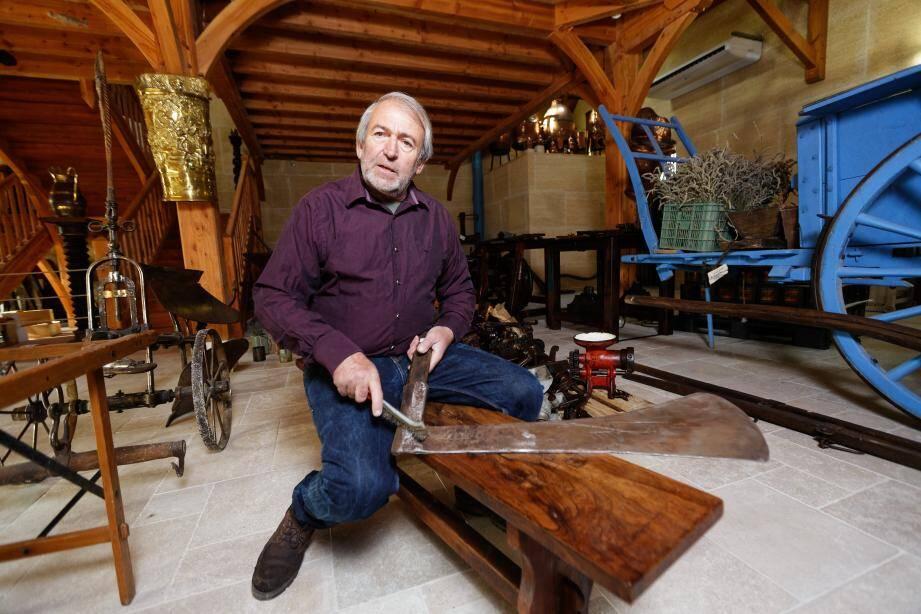 Alain Constant possède plusieurs coupe-marc comme celui-ci, un outil qui servait jadis à presser le raisin, à qui il a redonné tout son éclat.