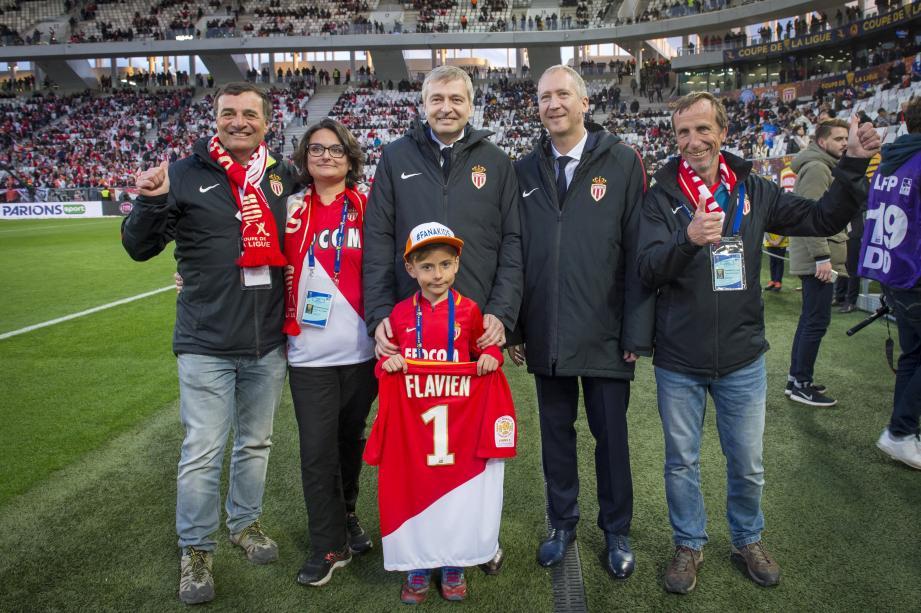 Le président Dimitri Rybolovlev et son vice-président Vadim Vasilyev ont félicité Luc Spottarelli et Philippe Morel en bord pelouse. Ils ont remis un maillot spécial au petit Enzo de la Fondation Flavien.