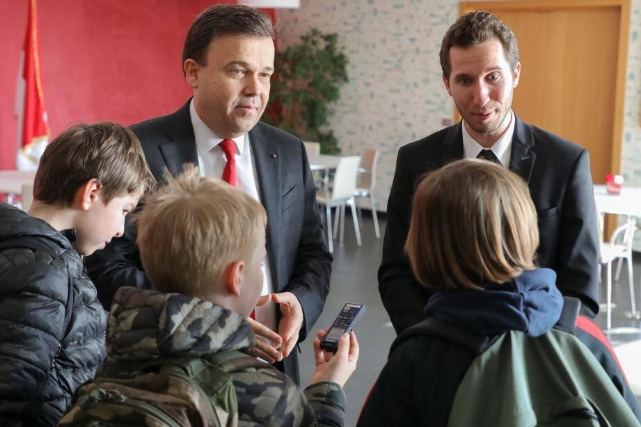 Le président Valeri répond aux questions des élèves de l'école de Fontvieille.