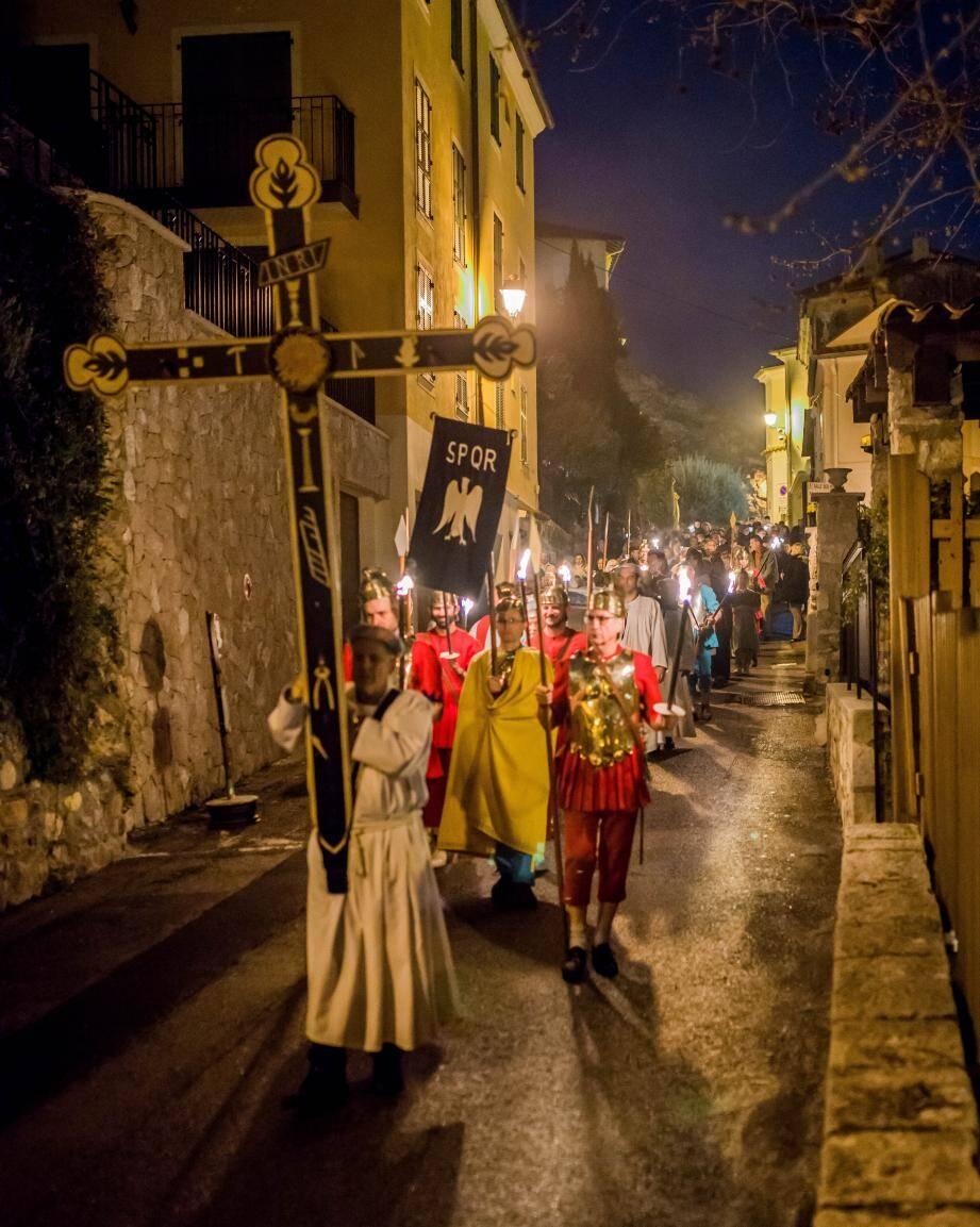 Durant la Procession, les fidèles ont serpenté dans les ruelles médiévales selon un parcours et un rituel définis.