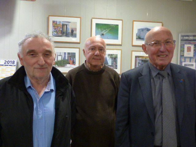 Bruno, commissaire de l'expo, José Valabregue l'artiste et Jean-Pierre Véran, maire.