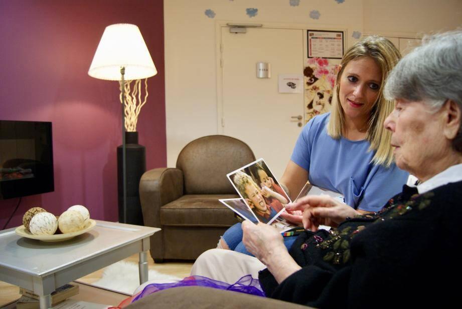 Moment d'échange privilégié entre Manon la psychologue et une résidente lors d'un atelier thérapeutique.