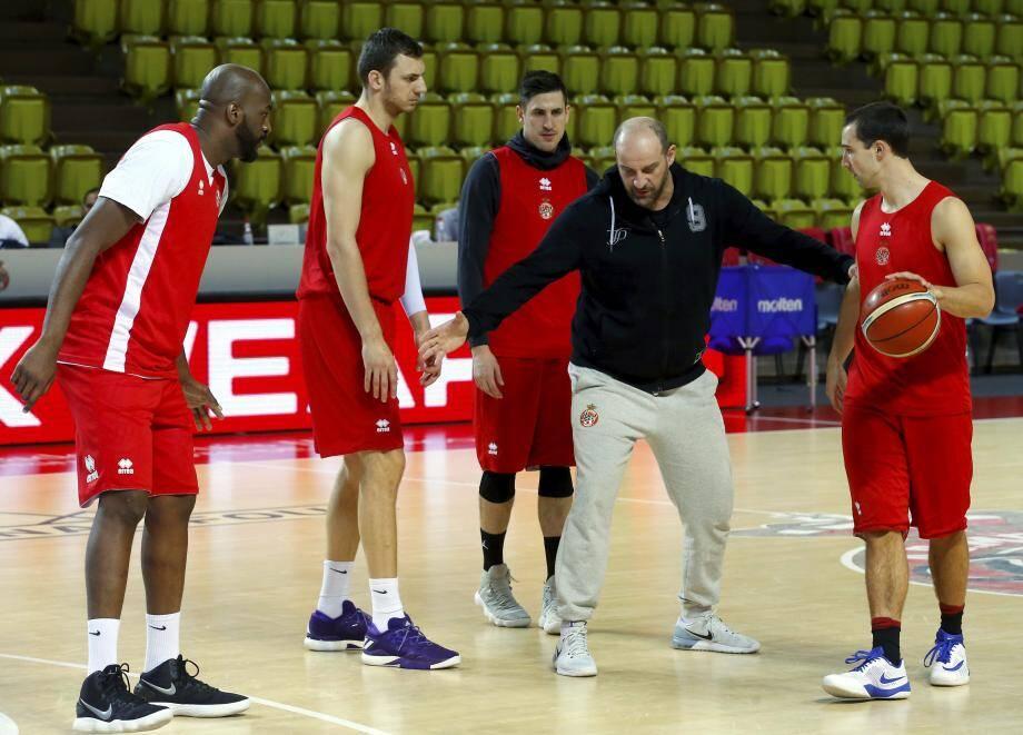 Hier soir, le coach Mitrovic distillait ses dernières consignes à ses hommes.