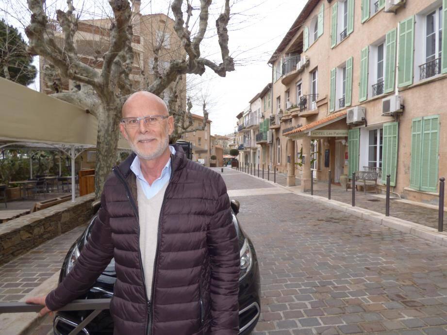 Robert Prades devant la rue Gabriel Péri qui fait partie de l'itinéraire du Dit-Vin Festival.