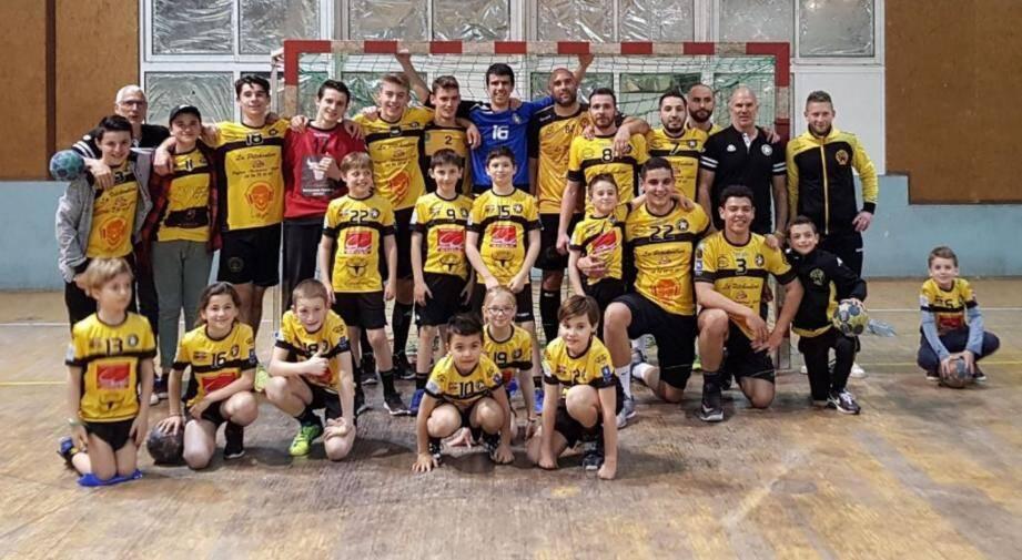 L'équipe victorieuse avec une partie de ses jeunes supporters venus en tenue.