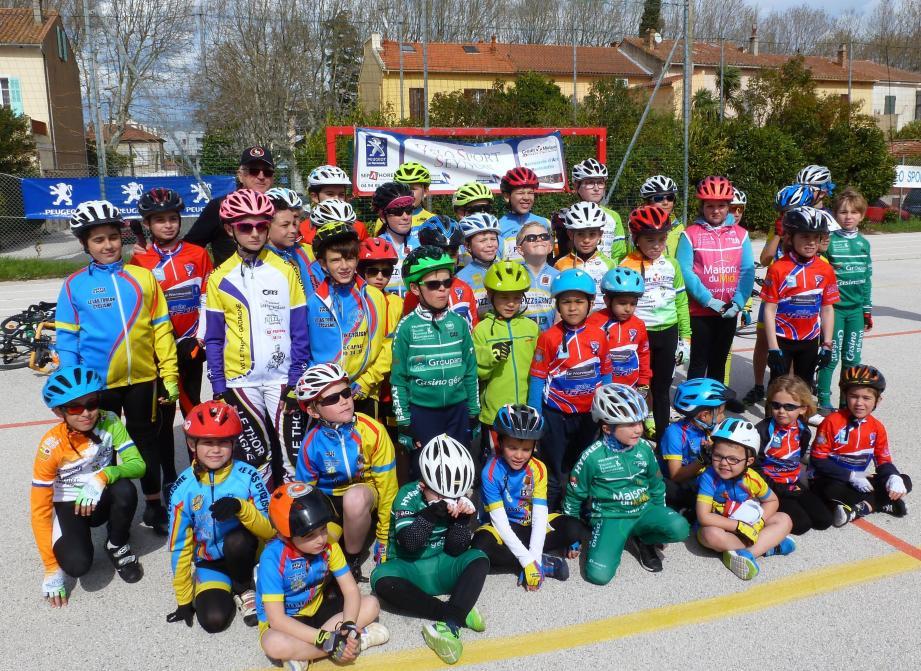 Un peloton de jeunes pousses en compagnie du président du comité de Paca Christian Lazarini.