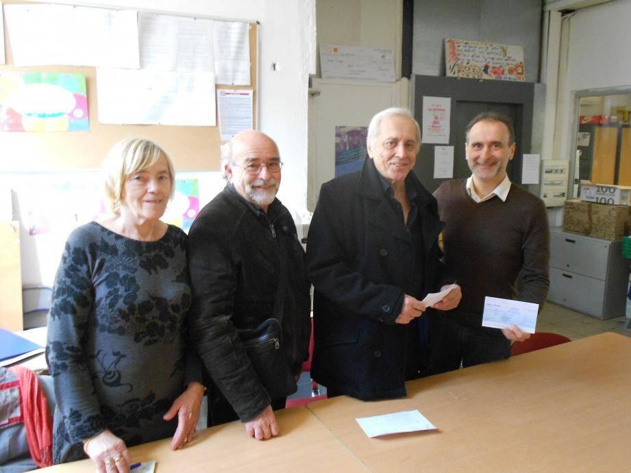 Lors de la remise de chèque dans les locaux niçois du Secours populaire ; de gauche à droite : Wanda  Peretti, membre de MCV ; Bernard Pinzaglia et Richard Basso, coprésidents de l'association mentonnaise et Jean Stellitano. (DR)