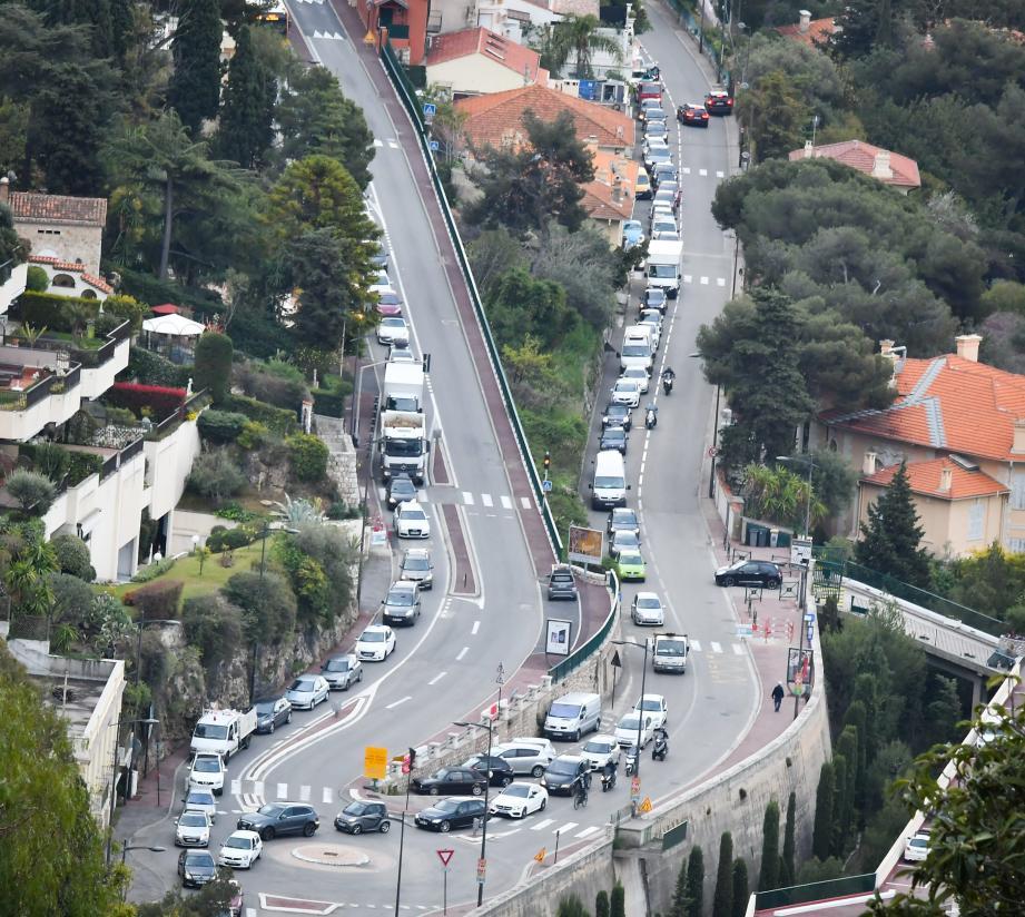 Mardi matin, plus de mille véhicules supplémentaires ont franchi les frontières de la Principauté dans les deux sens. Ici, un bouchon au rond-point des Quatre-Chemins à Roquebrune.