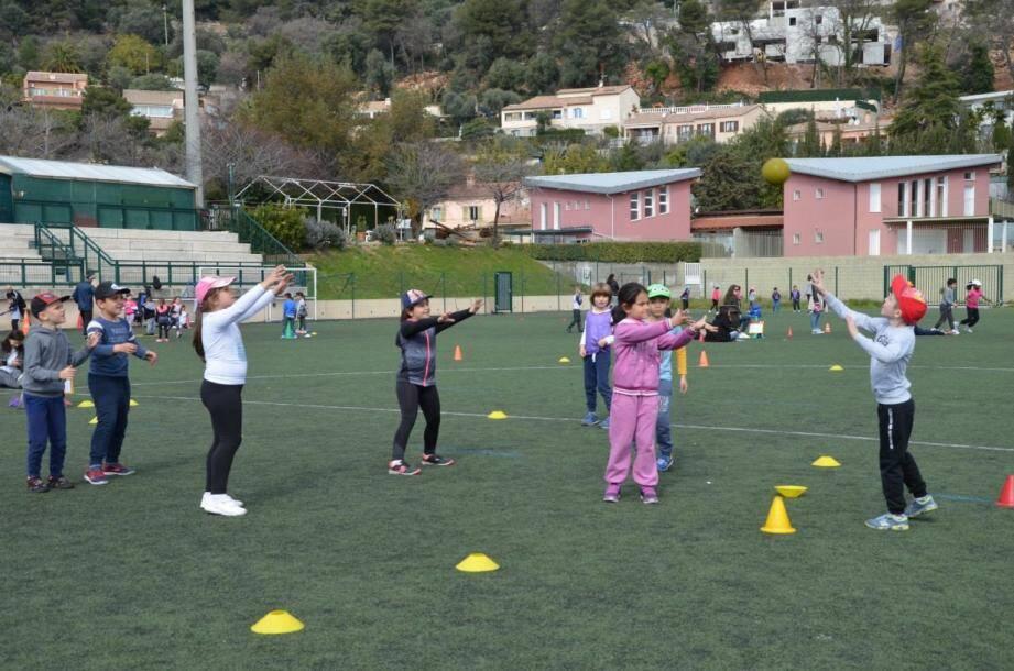 Trois équipes par classe sont formées, et toutes les équipes se rencontrent au cours de nombreux ateliers sportifs et ludiques.