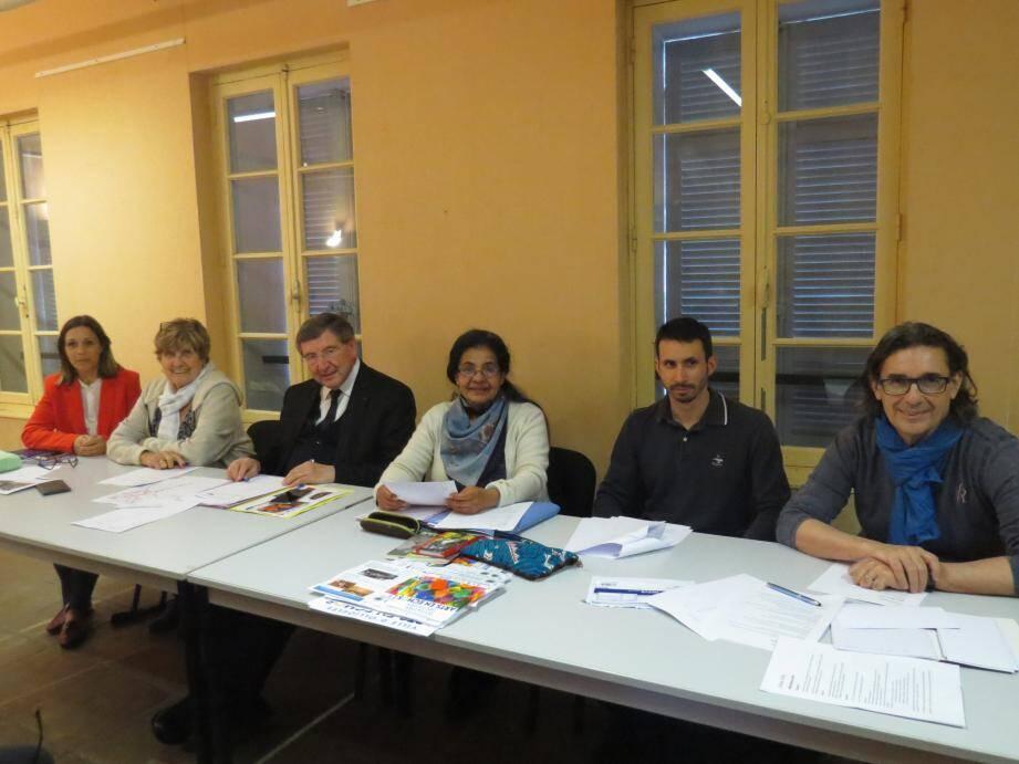 Autour de la présidente (au centre), le maire Robert Bénéventi, l'adjointe à la culture Mme Macia et l'équipe d'Echos d'art ont présenté le bilan de l'année écoulée.