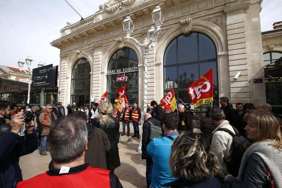 Hier midi, la CGT a mobilisé devant la gare contre la régression sociale.