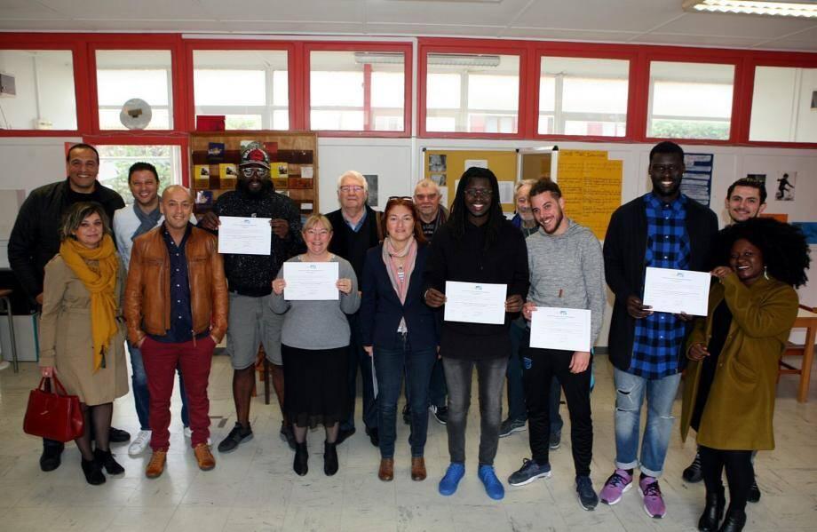 Les professionnels de l'animation affichent leurs diplômes en compagnie des tuteurs, des formateurs et des représentants de Francas.