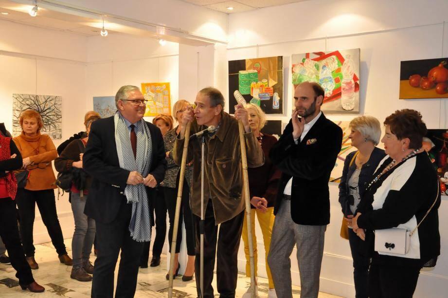 Le maire Gilles Vincent, à l'inauguration de l'exposition des élèves de Renaud Jobin, artiste peintre (à droite).