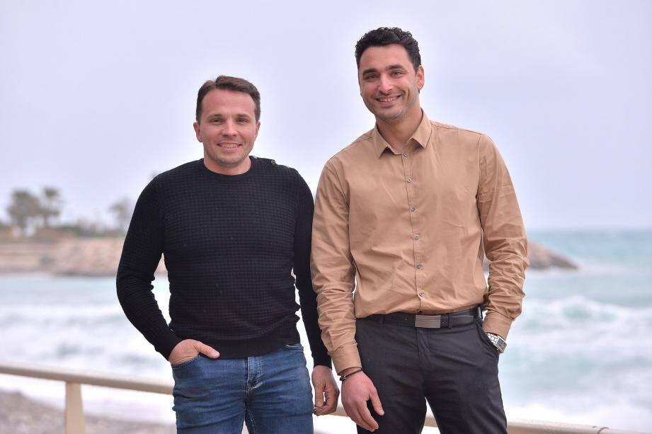À gauche, Pascal Ambrosini et Guilhaume Fossat, porte-parole de la liste « Castillon Ensemble ».  À droite, Paul Mazet, tête de la liste dite d'opposition à la politique de l'ancien maire.