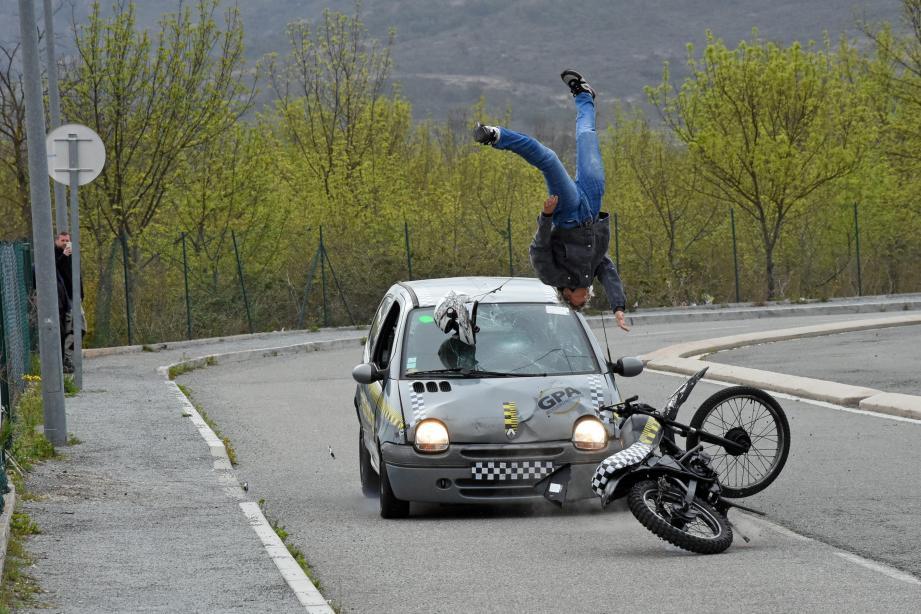 L'impact de la voiture percutant le scooter à 50 km/h.