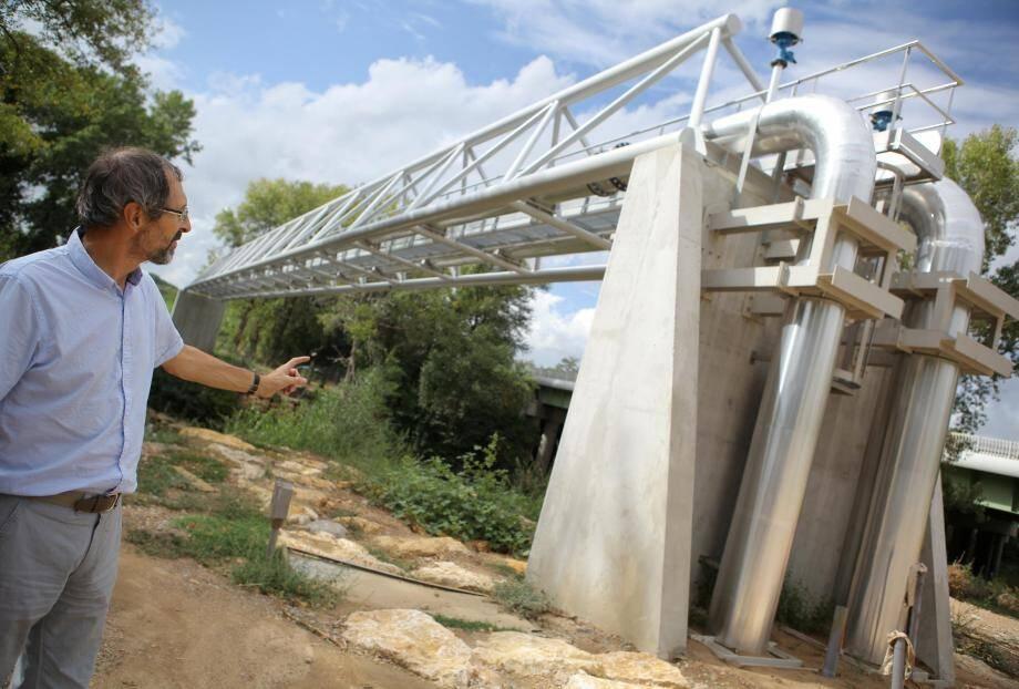 Le directeur du Syndicat de l'eau du Var Est, Jean-Pierre Jourtau, devant les forages et l'usine du Muy en construction, qui devrait être livrée en 2019.