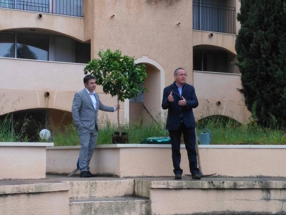 Le maire Bernard Jobert (à droite) et Christophe de Junnemann, de la société Edouard Denis, propriétaire des lieux, ont, tout deux, annoncé officiellement le lancement des colossaux travaux.