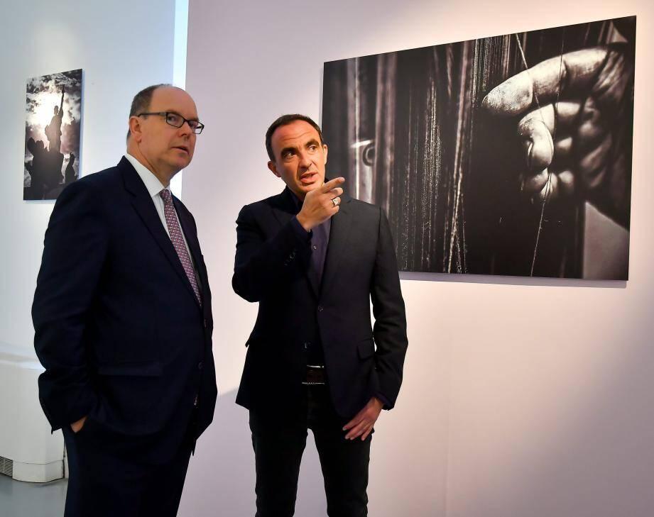 Parmi les exposants, on retrouve l'ambassadeur du salon : le présentateur de télévision Nikos Aliagas, passionné de photographie. Ici, en train de dévoiler les secrets de ses clichés au prince Albert II.