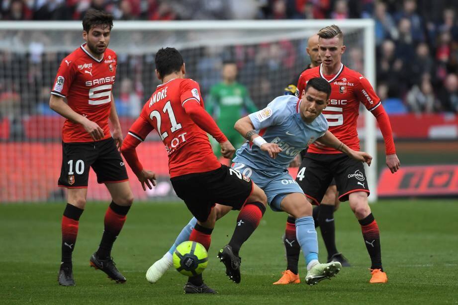 Cerné par trois Rennais, Rony Lopes a joué son 42ème match de la saison avec Monaco.