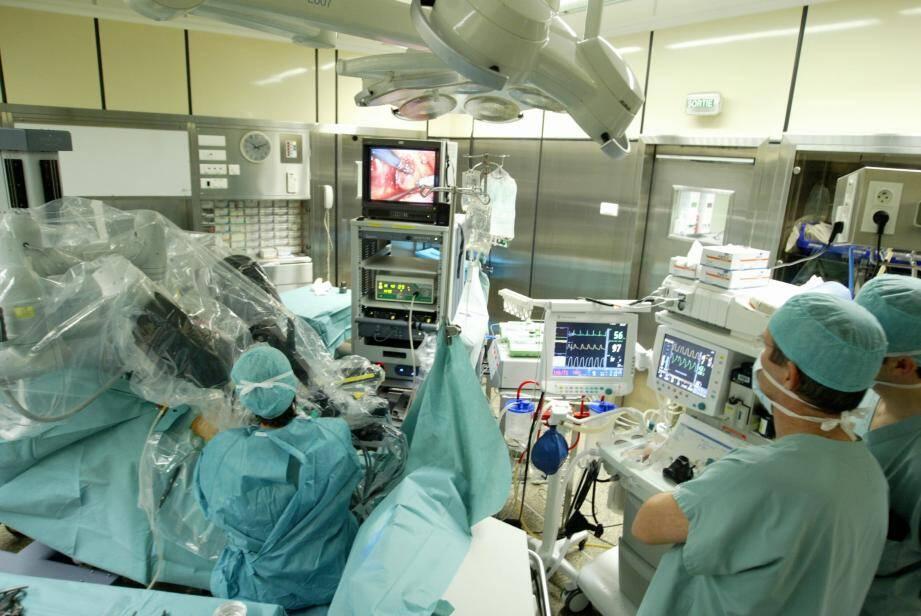 Devenue un standard aux États-Unis, la chirurgie robotique se diffuse en France depuis quelques années. Dans une salle dédiée au robot, les Drs Klifa, Lagha, Marsaud (aux manettes du robot au cours d'une prostatectomie) , Obadia et Rouscoff, urologues à la clinique Saint George opèrent régulièrement des patients atteints de cancer de la prostate.