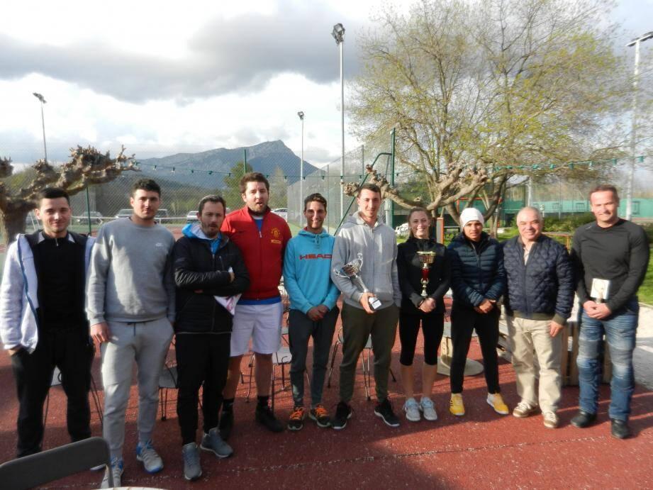 A La Garde, Michael Tomi et Lola Rosado (coupe en mains) ont été félicité par les responsables du TC Saint-Charles et les autres participants au tournoi.
