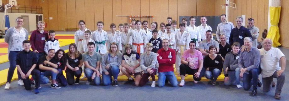 Les judokas de la catégorie minimes entourés des organisateurs et des jeunes arbitres avant le début des compétitions.