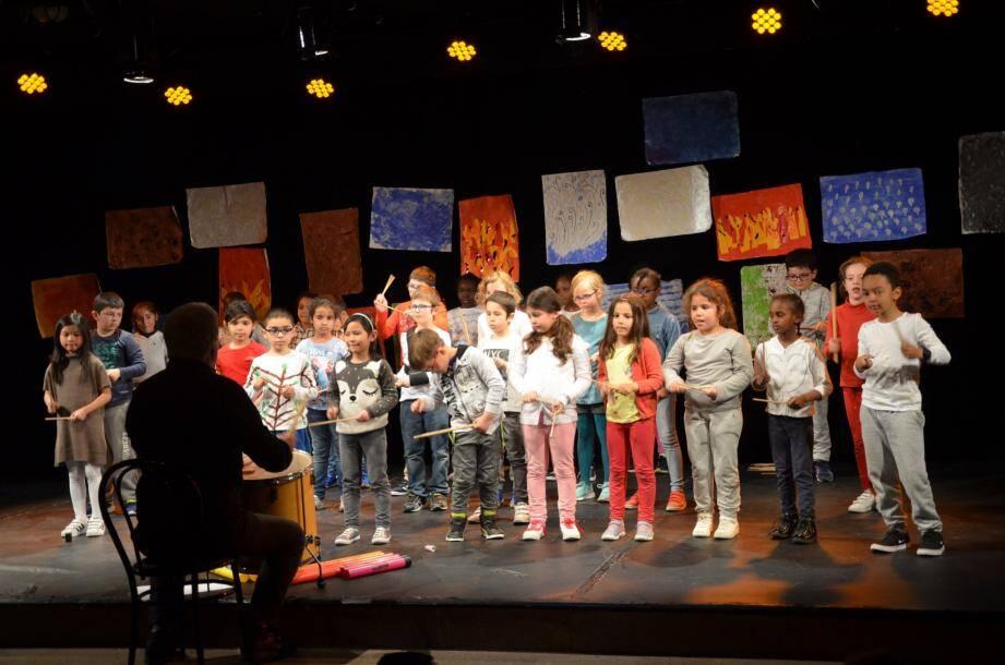 Sur une scène décorée de leurs peintures sur le thème des quatre éléments, les élèves ont offert un beau concert de chants et de percussions.